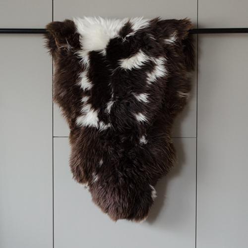 Alpines Schaffell - dunkelbraun mit weißen Tupfen